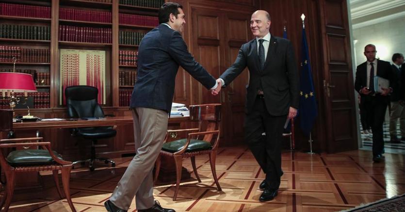 Il premier  greco Tsipras e il Commissario Ue agli affrai economici Pierre Moscovici (Afp)